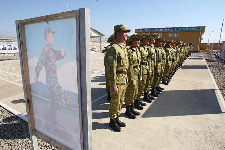 Американцы оснастили пограничников Таджикистана сканерами для проверки паспортов