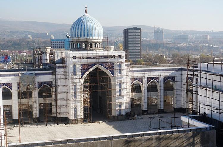 Строители крупнейшей в Центральной Азии мечети свалились с 60-метровой высоты