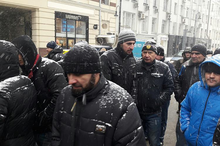 Таджикским мигрантам в России дали срок - до 30 июня встать на учёт и получить разрешение на работу